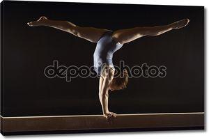 гимнастка делает стойку Сплит