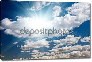 Голубое небо с облаками и солнечных лучей