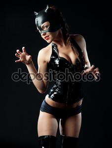 Женщина в костюме кошки