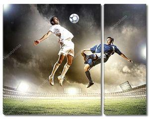два футболиста бьют по мячу