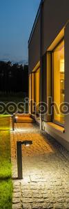 Вилла дворе, освещенной ночью