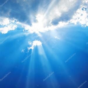 Красивое синее небо с солнечными лучами и облака