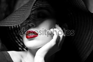 Загадочная женщина в черной шляпе. красные губы