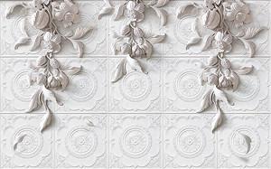 Лепные цветы на фоне плитки