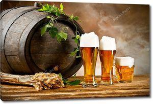 Пивная бочка с бокалами пива