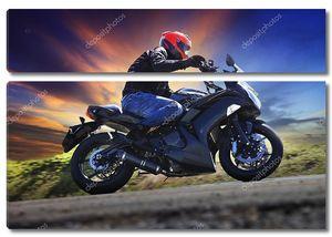 молодой человек езда мотоцикл на кривой асфальт страны дороги Ага