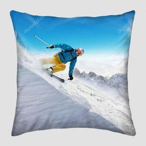 Лыжник  по склону на скорости
