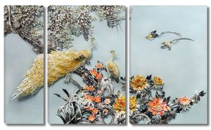 Павлины на кустах цветов