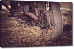 Старый мотоцикл с ржавыми компонентов