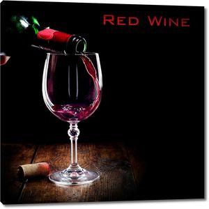 Бокал красного вина на черном фоне
