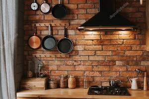 детали уютного интерьера кухни с кирпичной стеной