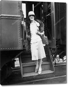 Женщина сходящая с поезда