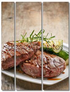 стейк на гриле говядины на белом фоне