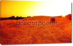 товары сена на тосканских холмах в сумраке.