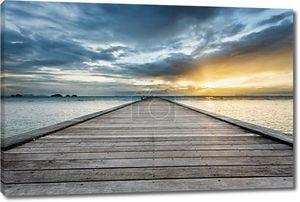 Вуд мост на море на пляж заката в Самуи. Таиланд