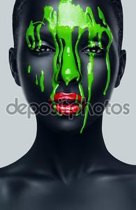 Женщина с красными губами и черная кожа