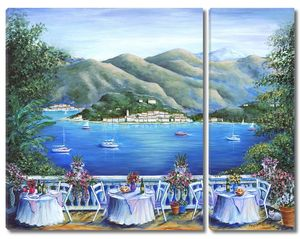 Столики на терассе с видом на залив