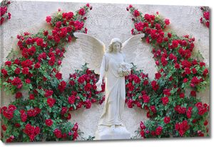 Фигура ангела с большими кустами роз