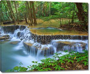 Водопад и поток в лесу