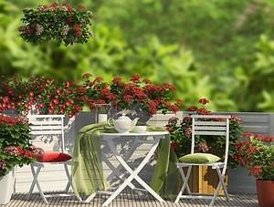 Красная композиция на балконе
