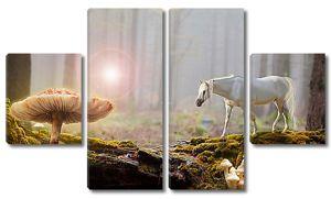 Белый конь у диковинного грибы