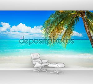 Пляж лазурный с пальмой