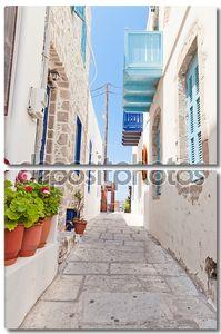 Узкая улочка в греческом стиле