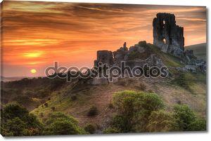 Руины замка пейзаж с яркими яркой восход
