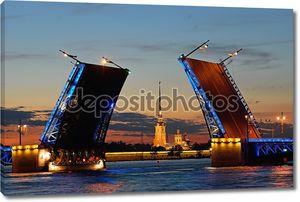 Питер и Paul крепость в целевом отделены Дворцовый мост на Неве в Санкт-Петербурге во время белых ночей против красный закат.