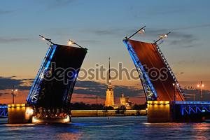 Петропавловская крепость с Дворцовым мостом на Неве в Санкт-Петербурге