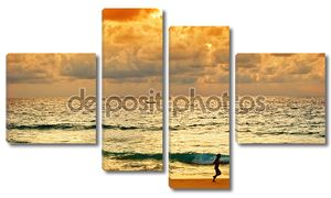 Молодые работает на пляж на закате