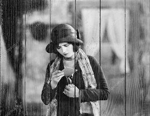 Женщина за чтением прогноза погоды
