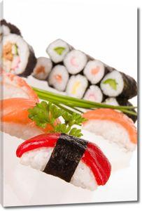 Суши и роллы на белом столе