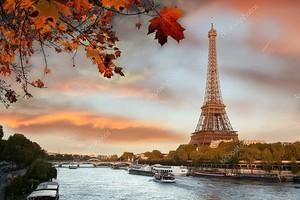 Эйфелева башня с лодки в Париже, Франция