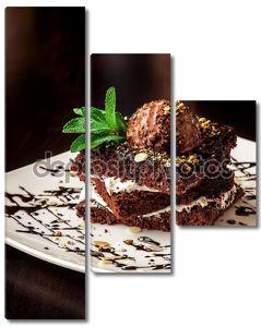 Торт Шоколадный Брауни с шариком мороженого.