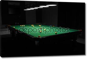 Бильярд в пустой тускло освещенной бассейн зал