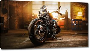 Кастом-мотоцикл Bobber Standing в оригинальном креативном стиле. Мотоцикл в винтажном стиле под теплым фонариком в гараже .