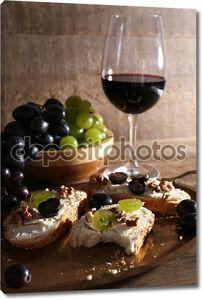 красивый Натюрморт с вином, сыром и спелый виноград на деревянных фоне