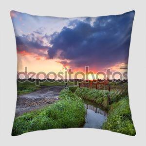 Теплый восход солнца над голландская мельница и река
