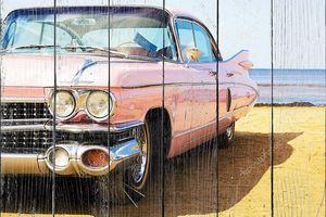 Классический розовый автомобиль на пляже