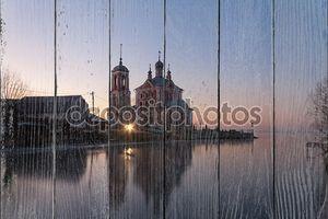 церковь зимой на закате