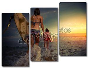 Девушки серферы на закате