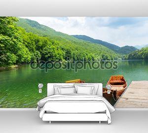 Деревянные лодки на озере на причале