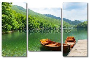 Деревянные лодки на озере