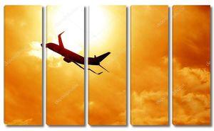 Силуэт самолета на фоне заката