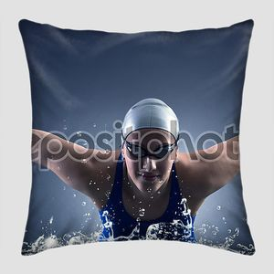 Пловец плавает.