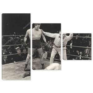 Судья отсчитывает боксер