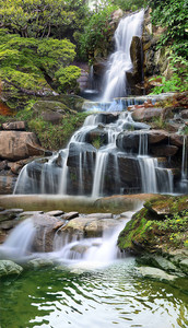 Вода по горным камням