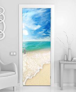 Пляж песок и небо с облаками