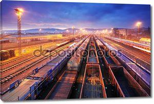 Грузовой поезд платформы в ночное время-грузовые перевозки